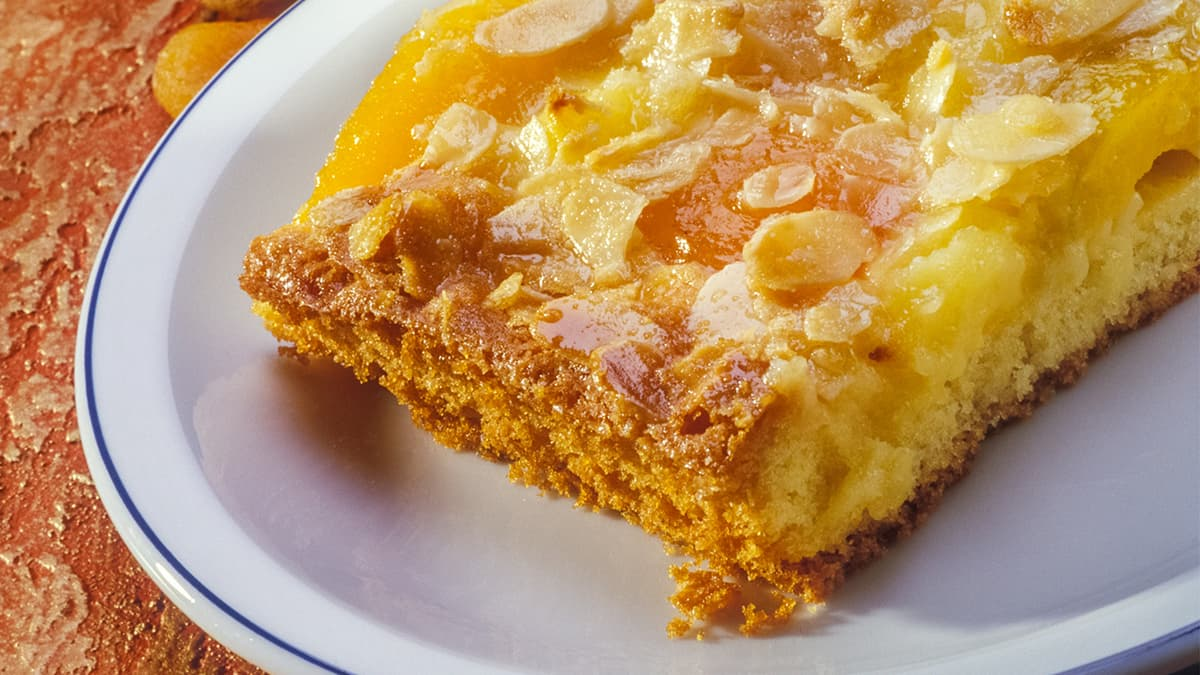 Crostata con crema al limone, albicocche secche e mandorle