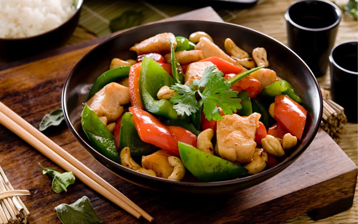 Pollo con verdure e anacardi