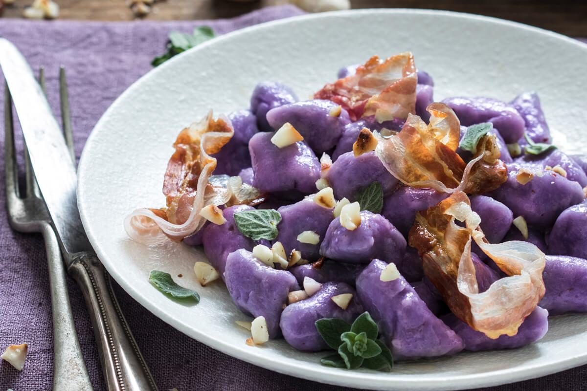 Gnocchi di patate viola con pancetta croccante e granella di noci di macadamia